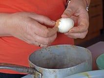 Limpieza del huevo foto de archivo