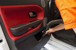 Limpieza del interior del coche con el aspirador Fotos de archivo libres de regalías
