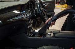 Limpieza del interior del coche con el aspirador Fotos de archivo