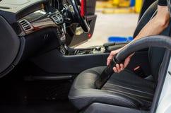 Limpieza del interior del coche con el aspirador Imágenes de archivo libres de regalías