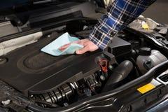 Limpieza del motor de coche Imágenes de archivo libres de regalías