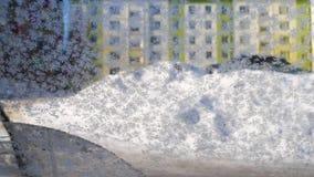 Limpieza del parabrisas del coche del hielo y de la nieve metrajes