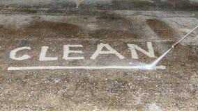 Limpieza del piso con el chorro de agua de alta presión Fotografía de archivo