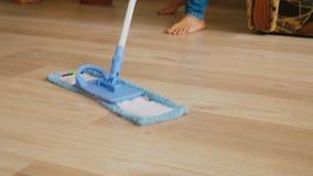 Limpieza del piso con una fregona