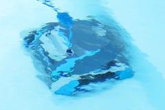 Limpieza del robot en la piscina Fotos de archivo libres de regalías