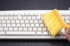 Limpieza del teclado de ordenador Fotos de archivo