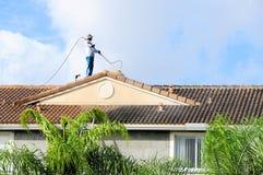 Limpieza del tejado de teja, FL imágenes de archivo libres de regalías