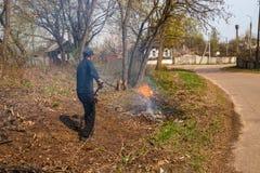 Limpieza del territorio de los activistas y de los voluntarios fotos de archivo