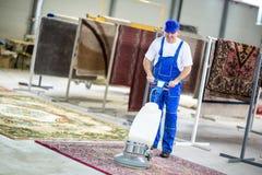Limpieza del trabajador con el aspirador Imagen de archivo