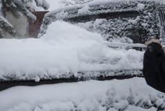 Limpieza del tronco del coche del cepillo de la nieve Fotos de archivo