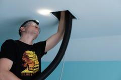 Limpieza del tubo de aire, taladro, canalización, hombre, HVAC fotos de archivo
