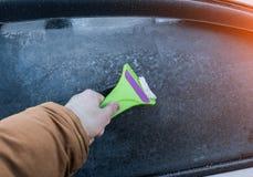 Limpieza del vidrio del coche del hielo foto de archivo