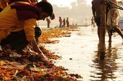 Limpieza en el Ganga Imagenes de archivo