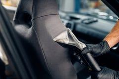 Limpieza en seco de asientos de carro con el aspirador imagen de archivo libre de regalías