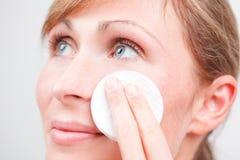 Limpieza femenina de la cara del cuidado de piel Fotos de archivo