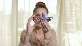 Limpieza hermosa de la mujer y el poner en un par de vidrios modernos almacen de video
