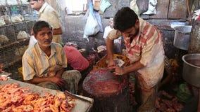 Limpieza india del hombre que taja la tabla en una carnicería en Bombay metrajes