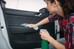 Limpieza mojada del interior del coche en carwash imagen de archivo