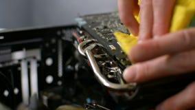 Limpieza mojada del videocard eléctrico de la placa de circuito GPU del polvo por el paño profesional almacen de video