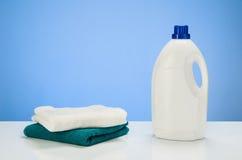 Limpieza o fondo azul de la pendiente del concepto de producto del lavadero con los accesorios Imagen de archivo libre de regalías
