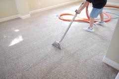Limpieza profesional de la alfombra Imagenes de archivo