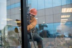 Limpieza profesional para el edificio de la altura, glas del edificio de la limpieza Fotografía de archivo