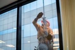 Limpieza profesional para el edificio de la altura, glas del edificio de la limpieza Imagen de archivo