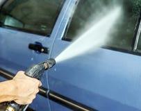 Limpieza que se lava del coche con agua de alta presión Foto de archivo libre de regalías