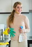 Limpieza rubia de la criada en cocina Fotos de archivo libres de regalías