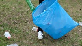 Limpieza voluntaria de la mujer para arriba la basura en el parque De la cosecha basura pl?stica para arriba al aire libre Concep almacen de metraje de vídeo