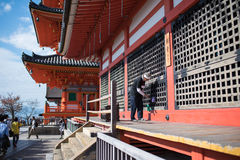 Limpieza y mantenimiento del hombre del Ld en el templo de Kiyomizu-dera Imagenes de archivo