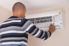 Limpieza y reparaciones el acondicionador de aire foto de archivo libre de regalías