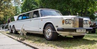 Limusina blanca vieja de Rolls Royce con el sistema tres de ruedas Imágenes de archivo libres de regalías