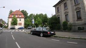 Limusina de Jaguar XJ do vintage estacionada na rua calma vídeos de arquivo