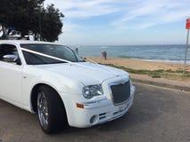 Limusina de la boda con el fondo de la playa arenosa Foto de archivo libre de regalías