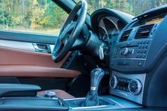 Limusina luxuoso alemão - interior de couro marrom, teto-solar panorâmico grande, equipamento de esporte Imagens de Stock Royalty Free
