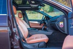 Limusina luxuoso alemão - interior de couro marrom, teto-solar panorâmico grande, equipamento de esporte Imagem de Stock Royalty Free