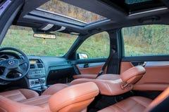 Limusina luxuoso alemão - interior de couro marrom, teto-solar panorâmico grande, equipamento de esporte Foto de Stock Royalty Free