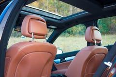 Limusina luxuoso alemão - interior de couro marrom, teto-solar panorâmico grande, equipamento de esporte Foto de Stock