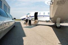 Limusina pura de And Pilot Standing da comissária de bordo e Foto de Stock Royalty Free