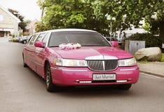 Limusina rosada de la boda Fotos de archivo libres de regalías