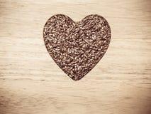 Lin oléagineux cru de graines de lin en forme de coeur Photos libres de droits