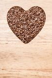 Lin oléagineux cru de graines de lin en forme de coeur Image libre de droits