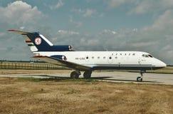 Linair Yakolev Yak-40 som väntar på dess nästa flyg Royaltyfri Fotografi