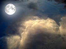 linar op de donkere hemel witte wolk Royalty-vrije Stock Fotografie