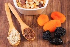 Linaza, escamas del centeno, frutas y muesli secado, concepto de nutrición sana y metabolismo del aumento imagen de archivo