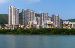 Linchun河岸的住宅房子在市三亚 免版税库存照片