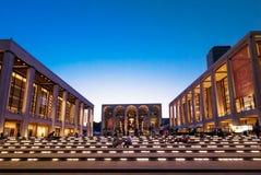 Lincoln Center i New York, USA på en klar natt royaltyfria foton