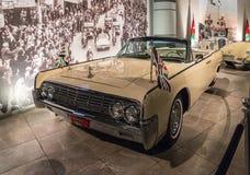 Lincoln Continental Convertible 1961 à l'exposition dans le musée de voiture du Roi Abdullah II à Amman, la capitale de la Jordan photographie stock