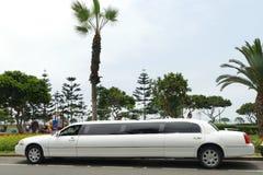 Lincoln Limousine blanco en Miraflores, Lima Imagen de archivo libre de regalías